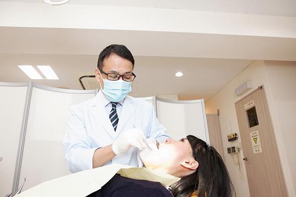 ホワイトニング専用ジェルを歯に塗っていきます。食品にも使われている成分なので安心して使用出来ます