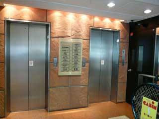 商店街アーケードに入るとすぐ右側に入口(エレベーター)があります。※右側のエレベーターに乗って5Fを押すと…プラザ歯科です!
